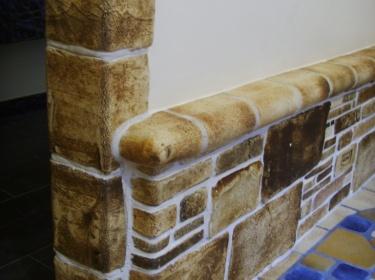 Важно то, что керамическая облицовка не требует ухода, моется, имеет высокую прочность и декоративную ценность.