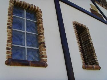 Керамика придает фасаду выразительности, защищает от осадков и механических повреждений.
