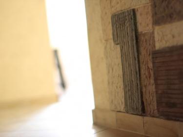 Керамика - прочный материал, хорошо моется, не горит, не гниет, экологически чистый.