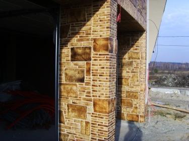 Керамика пестрой расцветки оживляет фасад дома, скрывая грязь и недостатки.