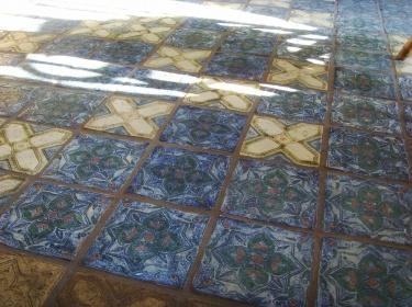 Пластичность глины позволяет делать плитку с разной фактурой и русунком, а богаство эффектов керамических глазурей безгранично.