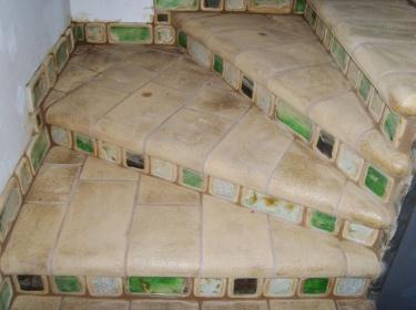 Шамотная плитка для ступеней хорошо режется. Можно повторить любую форму, спрятать неровности основы.