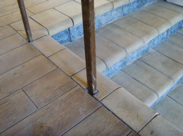 Шамот хорошо и естественно стыкуется с любой другой керамической плиткой.