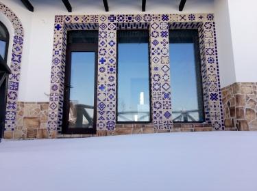 Облицованные керамическим декором откосы окон не только украсили дом, но и получили надежную защиту от повреждений.